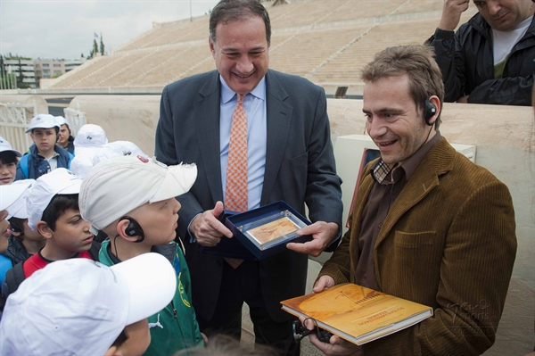 Spyros Capralos offers the commemorative presents to our Olympic Gold Medallist Dimosthenis Tambakos